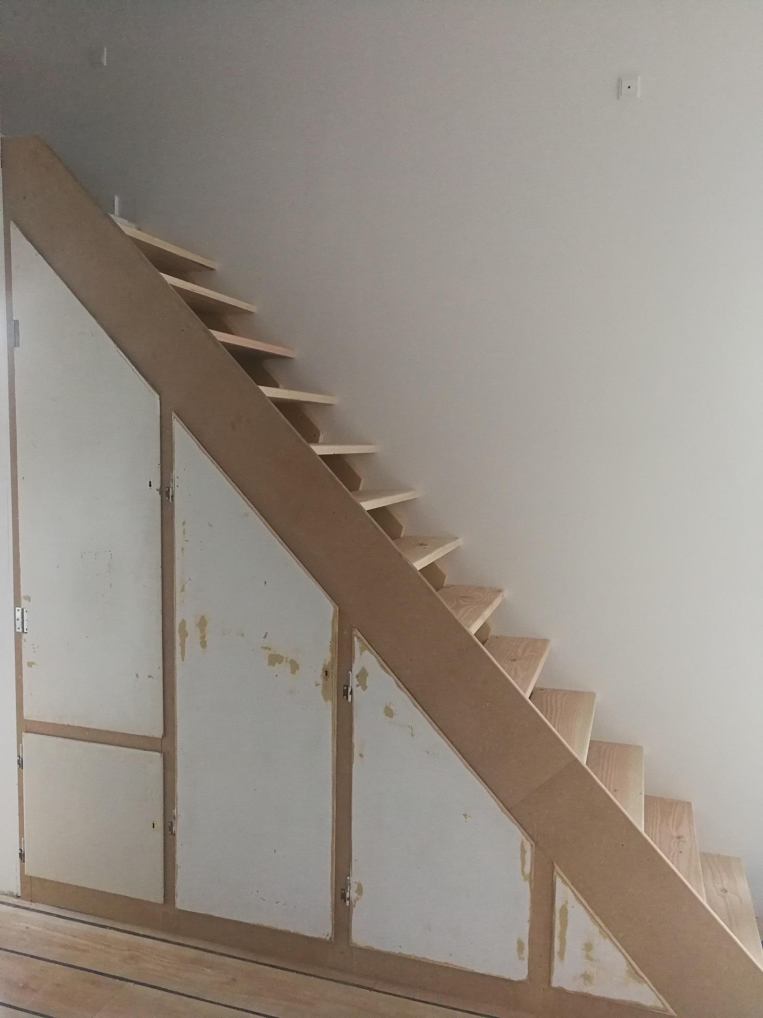 Trappe med indbyggede skabe til opbevaring